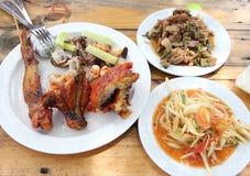 Nourriture thaïlandaise, salade de papaye, boeuf haché épicé, poulet rôti Photographie stock libre de droits