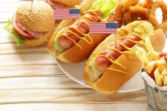 Nourriture traditionnelle de hot-dog, de pommes frites et d'anneaux d'oignon pour la célébration du 4 juillet Image libre de droits