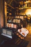 Nourriture traditionnelle de rue de République Tchèque de pays Préparation de Trdelnik - boulangerie tchèque traditionnelle La pâ Images stock
