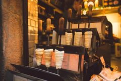 Nourriture traditionnelle de rue de République Tchèque de pays Préparation de Trdelnik - boulangerie tchèque traditionnelle La pâ Image libre de droits