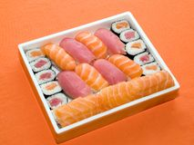 Nourriture traditionnelle du Japon - roulis et sushi Photographie stock libre de droits