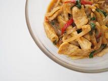 Nourriture traditionnelle locale thaïlandaise : remuez le porc frit à l'oignon et au basilic saint photos stock