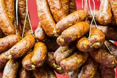 Nourriture traditionnelle Viande de saucisses fumée accrochant en nourriture européenne Photo stock