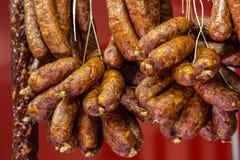Nourriture traditionnelle Viande de saucisses fumée accrochant en nourriture européenne Image libre de droits