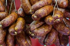 Nourriture traditionnelle Viande de saucisses fumée accrochant en nourriture européenne Photos libres de droits