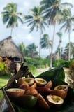 Nourriture tropicale servie extérieur dans le cuisinier Islands de lagune d'Aitutaki Image stock