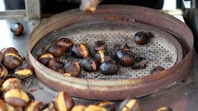 Nourriture turque de rue, gril de châtaigne de torréfaction clips vidéos