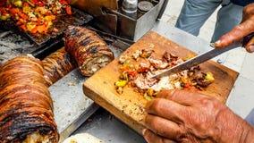 Nourriture turque Kokorec de rue fait avec des entrailles de moutons photographie stock libre de droits
