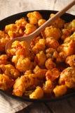Nourriture végétarienne : Chou-fleur en plan rapproché de sauce à cari vertical photos stock