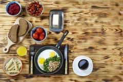 Nourriture végétarienne Divers plats de petit déjeuner végétarien et oeufs brouillés avec des haricots et verts sur une table en  photos stock