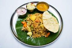 Nourriture végétarienne indienne avec du riz frit sur le plateau de feuille de banane Photographie stock