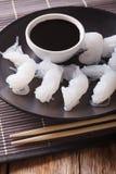 Nourriture végétarienne : Nouilles de Shirataki avec la sauce de soja et les baguettes Image libre de droits
