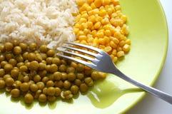 Nourriture végétarienne : riz, pois et maïs Image stock