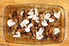 Nourriture Viande rôtie de poulet avec des champignons Images stock