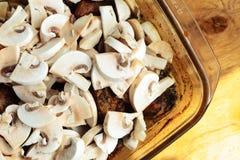 Nourriture Viande rôtie de poulet avec des champignons Images libres de droits