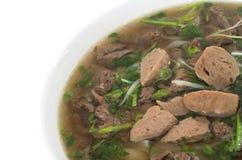 Nourriture vietnamienne, soupe de nouilles de riz avec du boeuf sauté coupé en tranches photo stock