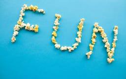 Nourriture Word d'AMUSEMENT Seau de maïs éclaté Maïs éclaté délicieux sur le fond bleu cinéma Photos libres de droits