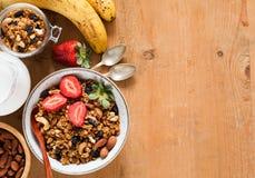 Nourritures de petit déjeuner saines sur la table en bois photos libres de droits