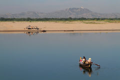 Nourritures de transport de commerçants sur le petit bateau sur la rivière d'Irrawaddy Photo stock
