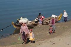 Nourritures et produits de transport de commerçants sur la rivière d'Irrawaddy Photographie stock libre de droits