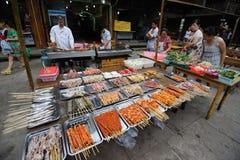 Nourritures grillées tout entier de rue Image stock