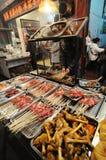 Nourritures grillées tout entier de rue Images stock