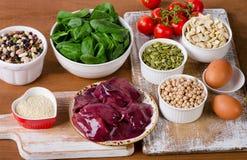 Nourritures hautes en fer, y compris des oeufs, écrous, épinards, haricots, seafoo Photo stock