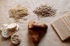 Nourritures hautes en hydrate de carbone Consommation saine, concept de régime Pain, gâteaux de riz, riz brun, avoine Images stock