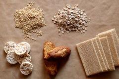 Nourritures hautes en hydrate de carbone Consommation saine, concept de régime Pain, gâteaux de riz, riz brun, avoine Photographie stock libre de droits