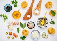 Nourritures italiennes concept et conception de menu Fettuccine fait maison sec Image stock