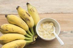 Nourritures saines écrasées de banane pour le bébé image stock