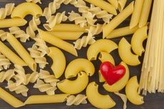 Nous aimons des pâtes Différents genres de pâtes sur la table de cuisine préparation des pâtes Nourriture saine Image stock