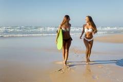 Nous aimons l'été et surfons Image libre de droits