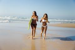 Nous aimons l'été et surfons Photos libres de droits