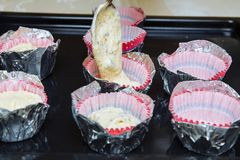Nous avons battu les petits gâteaux à la maison Sous la forme de papier imposer la pâte photographie stock libre de droits