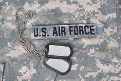 Nous l'Armée de l'Air ont camouflé l'uniforme avec les étiquettes de chien vides photos stock