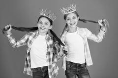 Nous m?ritons seulement les meilleures filles utilisons des couronnes Concept corrompu d'enfants Princesse ?gocentrique Les enfan photographie stock