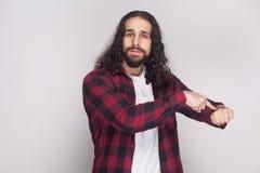Nous n'avons plus de temps homme sérieux avec la barbe et la longue boucle noire photographie stock libre de droits