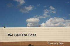 Nous nous vendons pour moins de signe Photographie stock