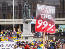 Nous sommes la plaquette de 99% au rassemblement Portsmouth des syndicats Photographie stock libre de droits