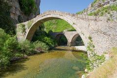 Noutsos老石桥梁, Epirus,希腊 免版税库存照片
