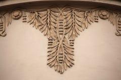 在艺术Nouveau大厦的花卉装饰装饰 免版税库存照片