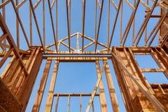 nouveau bâtiment de construction en bois de toit en construction Photographie stock libre de droits