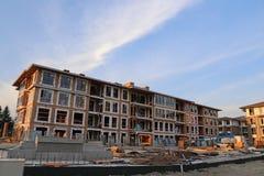 Nouveau bâtiment de maison urbaine de Brend avec le chantier de construction Images libres de droits