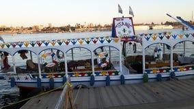 Nouveau bateau titanique près de Louxor dans le Nil Image libre de droits