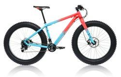 Nouveau bleu avec la bicyclette rouge avec les pneus épais pour l'isolat de tour de neige Images stock
