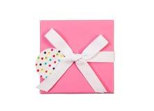 Nouveau boîte-cadeau enveloppé avec l'arc blanc d'isolement sur le blanc Images libres de droits