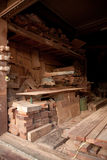 Nouveau bois de tas avec la découpeuse Photographie stock