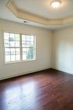 Nouveau bois dur sous la fenêtre dans la chambre à coucher photographie stock libre de droits