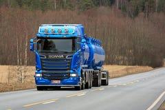 Nouveau camion de réservoir bleu de l'euro 6 de Scania R580 sur la route Photographie stock libre de droits
